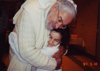 Rabbi Zalman Schachter-Shalomi hugging Rosi Greenberg.