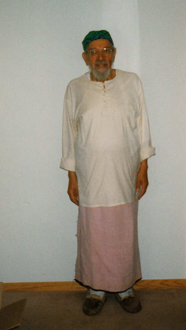 Rabbi Zalman Schachter-Shalomi wearing a sarong while going through bladder cancer treatments in 1997.