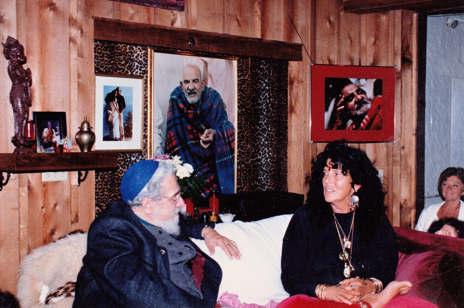 Rabbi Zalman Schachter-Shalomi and Ma Jaya Sati Bhagavati in dialogue on his first visit to Kashi Ashram, ca. 1991.