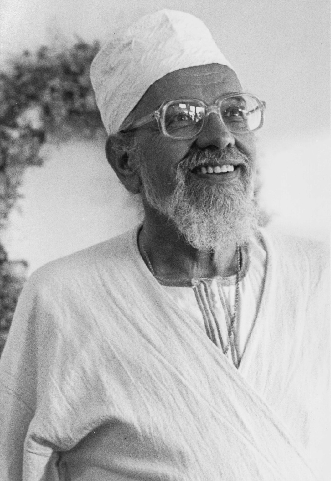 Rabbi Zalman Schachter-Shalomi dressed in white for the High Holidays and wearing a Halveti-Jerrahi takke, ca. 1995.