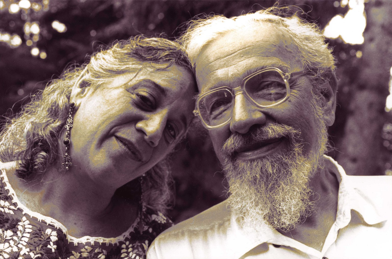 Eve Ilsen and Rabbi Zalman Schachter-Shalomi leaning their heads together, ca. 1995.